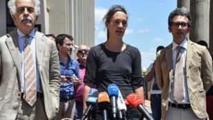 Carola Rackete a donné une conférence de presse jeudi 18 juillet 2019, à Agrigento, accompagnée de ses avocats Alessandro Gamberini (g) et Leonardo Marino (d).