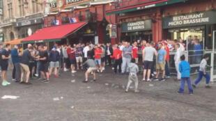 """À Lille, des supporters anglais se sont """"amusés"""" à humilier des enfants en train de mendier."""
