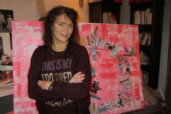 La styliste en langage Jeanne Bordeau devant son tableau de mots en cours de création pour la catégorie « communication » en 2016