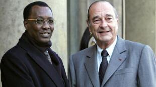 Le président français Jacques Chirac accueille son homologue tchadien, Idriss Deby, le 25 novembre 2005 à l'Élysée.
