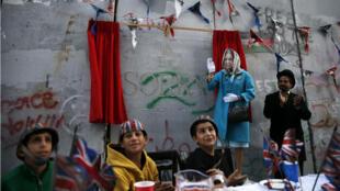 Banksy met en scène les excuses de la reine d'Angleterre pour la déclaration de Balfour à proximité de Bethléem, en Cisjordanie, le 1er novembre 2017.