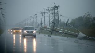 Postes de electricidad caídos, carreras inundadas y miles de evacuados ha dejado la tormenta Pabuk en la provincia de Nakhon Si Thammarat en el sur de Tailandia. Enero 4, 2019.