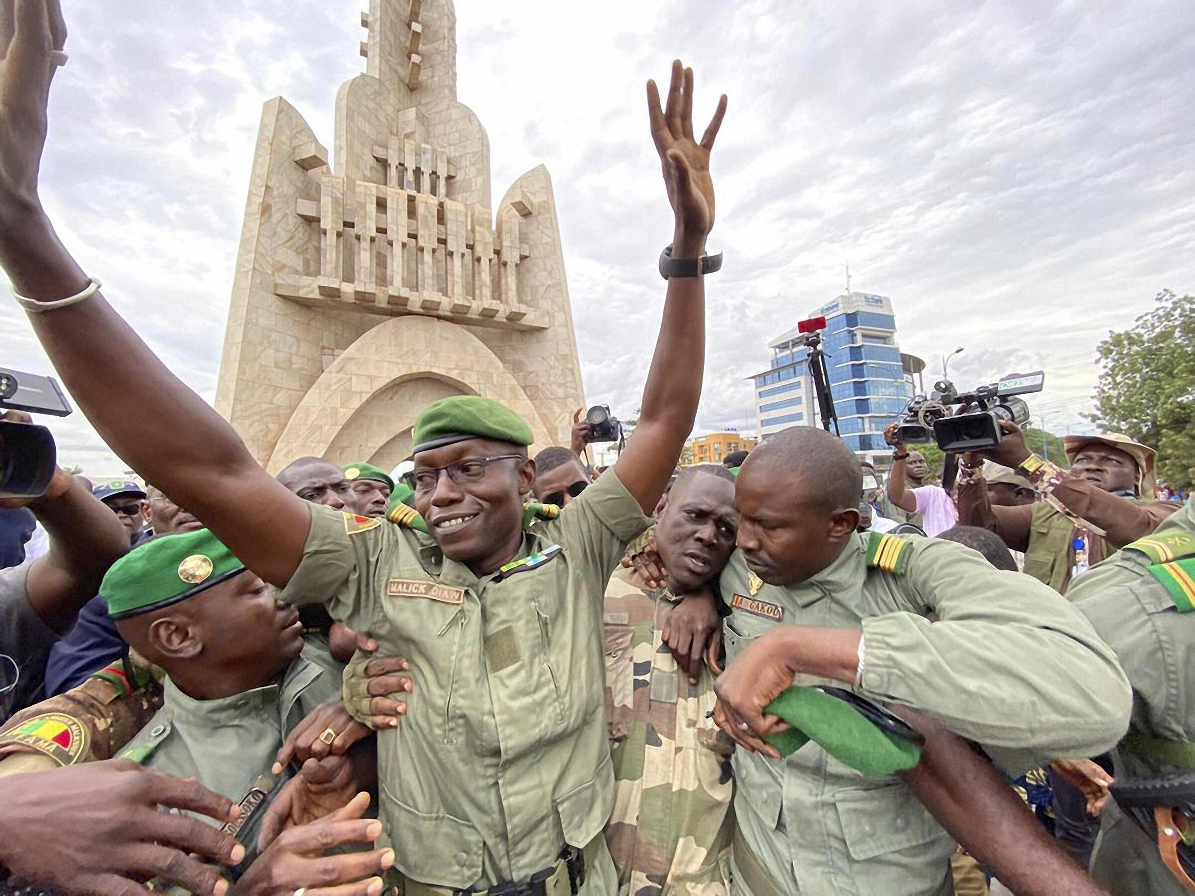 Le colonel Malick Diaw, vice-président du  Comité national pour le salut du peuple (CNSP),  lors du rassemblement de l'opposition à Bamako, le 21 août 2020.