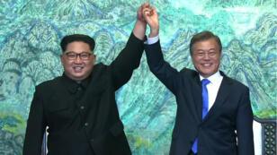 زعيم كوريا الشمالية كيم جونغ أون والرئيس الكوري الجنوبي مون جاي إن 27 نيسان/أبريل 2018