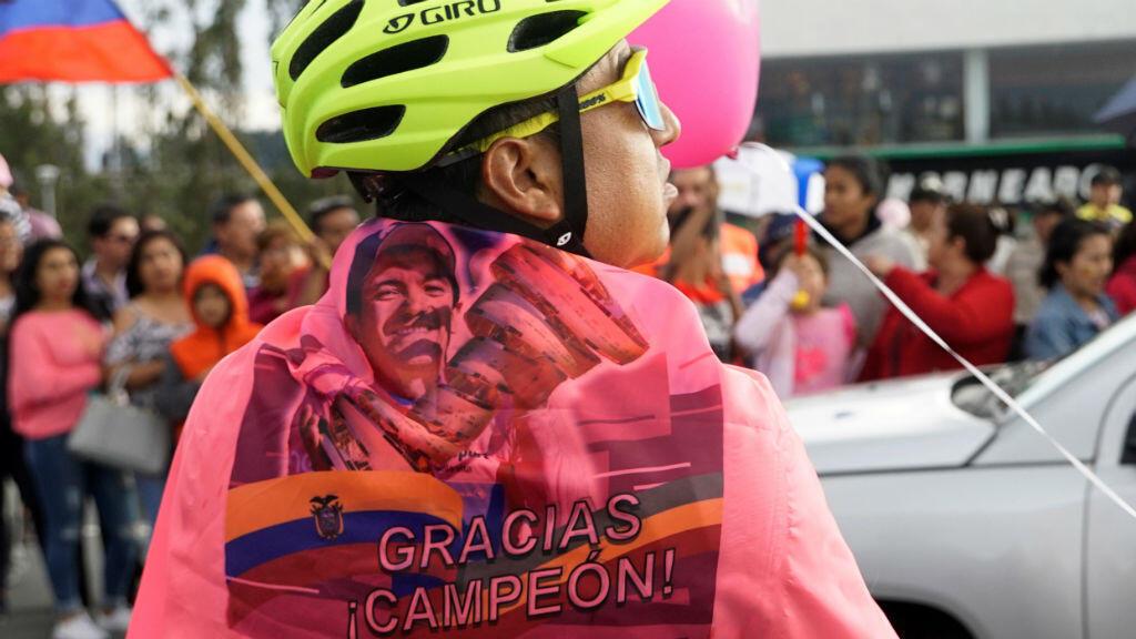 Aficionados ecuatorianos salen a recibir a Richard Carapaz durante su llegada a Quito, Ecuador. 10 de junio de 2019