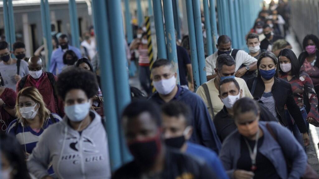 Decenas de pasajeroscaminan en una estación de tren de Río de Janeiro protegidos con tapabocas. El 26 de junio de 2020.