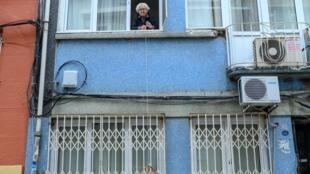 كغيرها من المسنين، تلقي لطفية يشيلباش سلتها من النافذة للحصول على طلباتها من بقال الحي