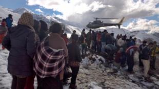 Un hélicoptère de l'armée népalaise au secours de trekkeurs dans l'Annapurna, le 15 octobre 2014.