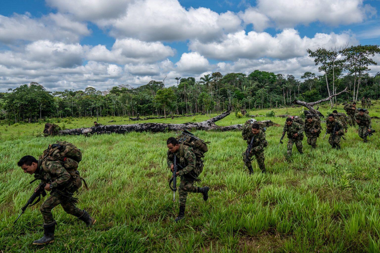 Un grupo de militares aborda un helicóptero tras meses en la selva combatiendo la deforestación en el marco de la Operación Artemisa. Sin embargo, a pesar de los esfuerzos del Gobierno, la cifra de deforestación en Colombia ha crecido exponencialmente durante los últimos tres años en los que cada día más hectáreas de selva ceden su lugar a la ganadería extensiva y los cultivos de coca. Fuentes oficiales calculan que unas 200.000 hectáreas de bosque se deforestan cada año en Colombia, cerca del 70% en la Amazonía. Los departamentos más afectados de la región son Caquetá, Guaviare y Meta. Dos de los municipios de Caquetá donde se hizo el reportaje, San Vicente del Caguán y La Macarena, concentraron una quinta parte de la deforestación a nivel nacional en 2018, según el Ideam. aunque la deforestación se redujo parcialmente en ese año, solo San Vicente perdió casi 20.000 hectáreas, un 10% del total nacional.