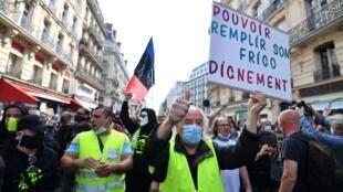 Los 'chalecos amarillos' marchan entre las calles de París, Francia, el 12 de septiembre de 2020.