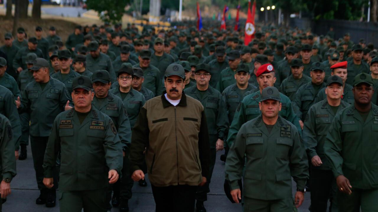 El presidente venezolano Nicolás Maduro entre un grupo de soldados en Caracas el 2 de mayo de 2019.
