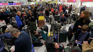 Los pasajeros esperan en el edificio de la Terminal Sur en el aeropuerto de Gatwick, después de que drones que volaban ilegalmente sobre la pista forzaron el cierre del aeropuerto, el 20 de diciembre de 2018.