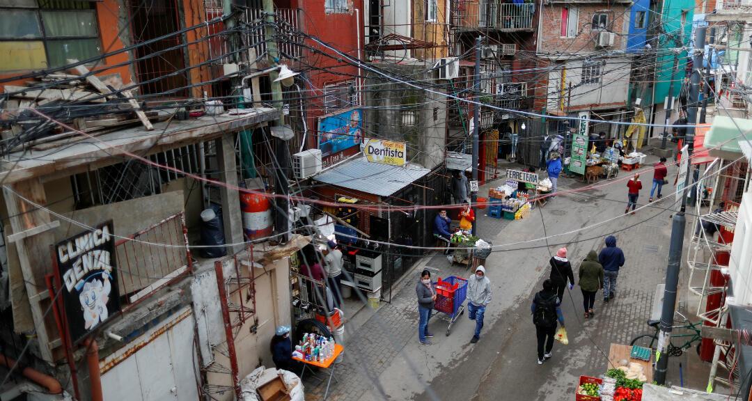 Ciudadanos con mascarillas hacen sus compras en el barrio de Villa 31 de Buenos Aires, Argentina, mientras continúa la propagación del Covid-19. 6 de mayo de 2020.