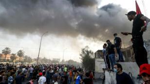 Des manifestants devant un bâtiment officiel en flammes à Bassora, le 7 septembre 2018.