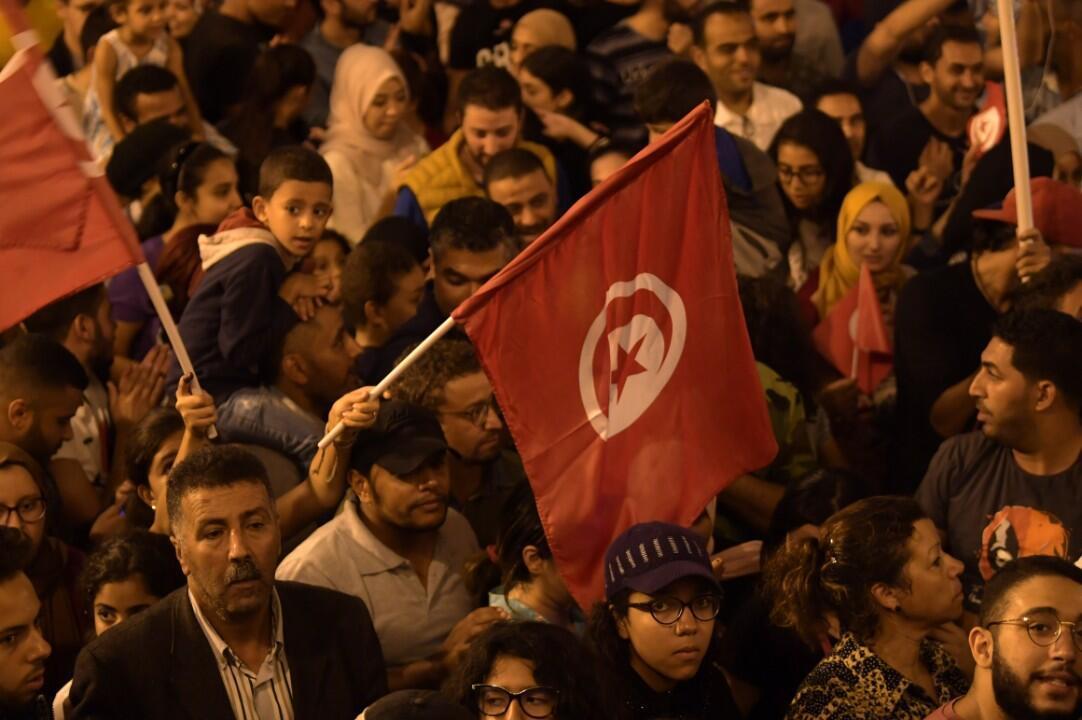 Les Tunisiens se rassemblent pour célébrer la victoire de Kaïs Saïed lors du second tour de la présidentielle tunisienne, le 13 octobre 2019 àTunis.