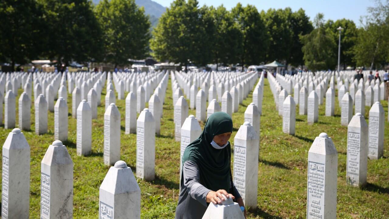 Una mujer bosnia musulmana reza en el memorial a las víctimas en Potocari, junto a Srebrenica, el lugar donde se produjeron las matanzas masivas, durante su 25 aniversario. El 11 de julio de 2020.
