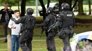 La police a établi un périmètre de sécurité après les fusillades à Christchurch, en Nouvelle-Zélande, le 15 mars 2019.