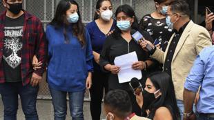 Norma Rodríguez (C), madre de Keyla Martínez, muerta en una celda de un destacamento policial, en Tegucigalpa, el 23 de febrero de 2021