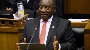 Le président sud-africain Cyril Ramaphosa s'adresse au parlement, au Cap, le 13 février 2020.