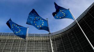 Las banderas de la Unión Europea ondean frente a la sede de la Comisión de la UE en Bruselas, Bélgica, el 12 de marzo de 2018