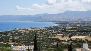 شاطئ كريسوكو في صورة التُقطت من مدينة بوليس في غرب جزيرة قبرص في 30 أيار/مايو 2020