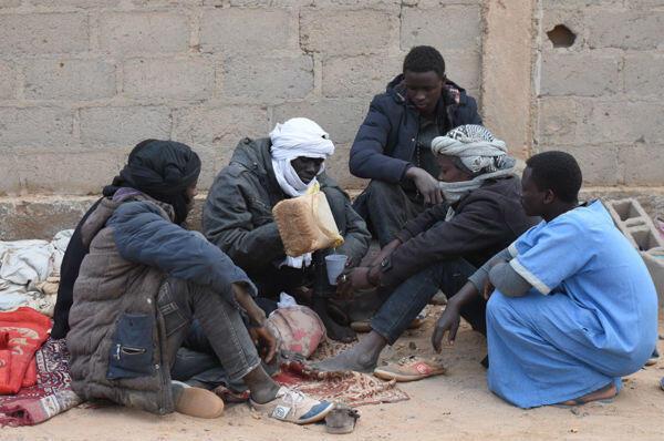 Des réfugiés soudanais campent jour et nuit devant l'enceinte de la Direction régionale de l'état-civil d'Agadez.