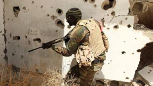 Un combattant libyen d'une patrouille gouvernementale, dans les environs de Benghazi.