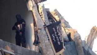 """مقاتل من """"جبهة النصرة"""" داخل أحد المباني المدمرة في سوريا"""