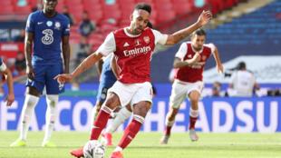الغابوني بيار-ايميريك اوباميانغ يسجل هدف التعادل لارسنال من ركلة جزاء ضد تشلسي في نهائي كأس انكلترا لكرة القدم على ملعب ويمبلي في الاول من آب/أغسطس 2020