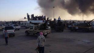 Photo postée samedi sur Twitter supposée montrer des miliciens de Misrata à l'aéroport de Tripoli.