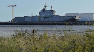 Un des navires Mistral, au port de Saint-Nazaire. en août 2014.