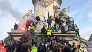 المتظاهرون في ساحة الجمهورية في باريس، فرنسا 17 ديسمبر/ كانون الثاني 2019