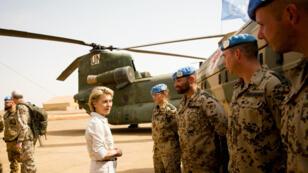 Ursula von der Leyen, ministre de la Défense allemande, s'entretenant avec des soldats déployés au Mali (archives).