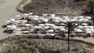 Turistas en la Playa d'en Bossa en Ibiza, el 30 de julio de 2020