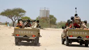Des soldats nigériens patrouillent, le 25 mai 2015, entre Diffa et Bosse, dans le sud-est du Niger, où des dizaines de milliers de personnes ont été déplacées à la suite des attaques récurrentes de Boko Haram. (Archive).