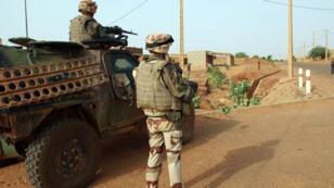 Des troupes françaises de l'opération Serval en patrouille à Gao, au Mali, le 16 octobre 2013.