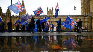 Ciudadanos se manifiestan a las afueras del Parlamento británico mientras la Cámara de los Comunes discute el brexit. 4 de diciembre de 2018.