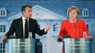 El presidente francés, Emmanuel Macron,  pronuncia un discurso durante una conferencia de prensa después de  una reunión con la canciller alemana, Angela Merkel,  en el Palacio Meseberg, en el noreste de Alemania, el 19 de junio de 2018.