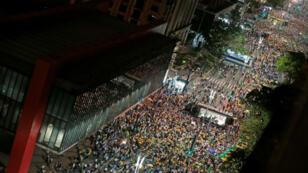 Manifestantes protestan contra el expresidente brasileño Luiz Inácio Lula da Silva en la emblemática avenida Paulista en Sao Paulo, Brasil, el 3 de abril de 2018.