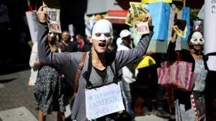 Un manifestante canta consignas contra el Gobierno durante una protesta contra el aumento de las tarifas públicas en Buenos Aires, Argentina, el 26 de febrero de 2019.
