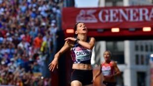Clémence Calvin franchit la ligne d'arrivée du marathon de Berlin lors des Champions d'Europe d'athlétisme, le 12 août 2018