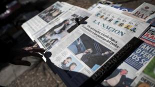 Los periódicos reportan la victoria de Alberto Fernández un día después de las elecciones primarias, en Buenos Aires, Argentina , el 12 de agosto de 2019.