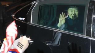 La présidente sud-coréenne, Park Geun-hye, arrivant à sa résidence de Séoul le 12 mars 2017 après avoir quitté la Maison bleue.