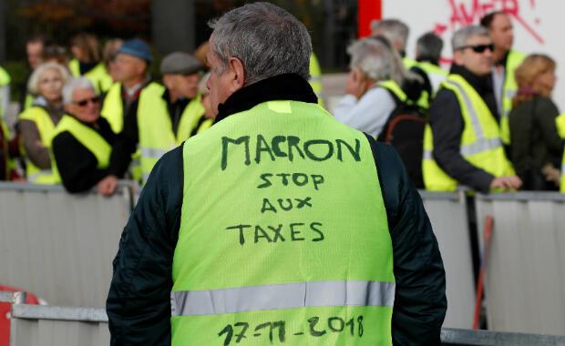 Un hombre participa en las demostraciones de chalecos amarillos a nivel nacional, un símbolo de la protesta de los conductores franceses contra los precios más altos del combustible, en el Promenade des Anglais en Niza, Francia , el 17 de noviembre de 2018.