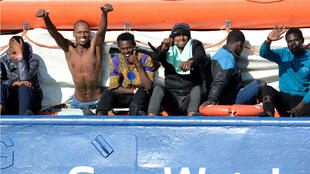 Los migrantes reaccionan mientras descansan a bordo del Sea Watch 3 frente a las costas de Siracusa, Italia , 27 de enero de 2019.