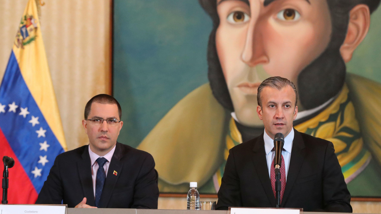 El vicepresidente para el Área Económica, Tareck El Aissami (d), y el ministro de Relaciones Exteriores, Jorge Arreaza (i), anuncian la reapertura de las fronteras con Aruba y Brasil en Caracas, Venezuela, el 10 de mayo de 2019.