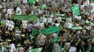 مناصرو المرشح الإصلاحي للانتخابات الرئاسية في إيران عام 2009 مير حسين موسوي أثناء تجمع في طهران في 9 حزيران/يونيو 2009