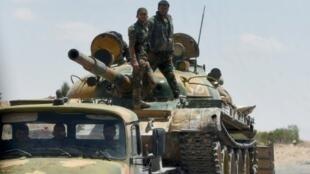 آلية للجيش السوري تنقل دبابة قرب تدمر 5 مايو 2016