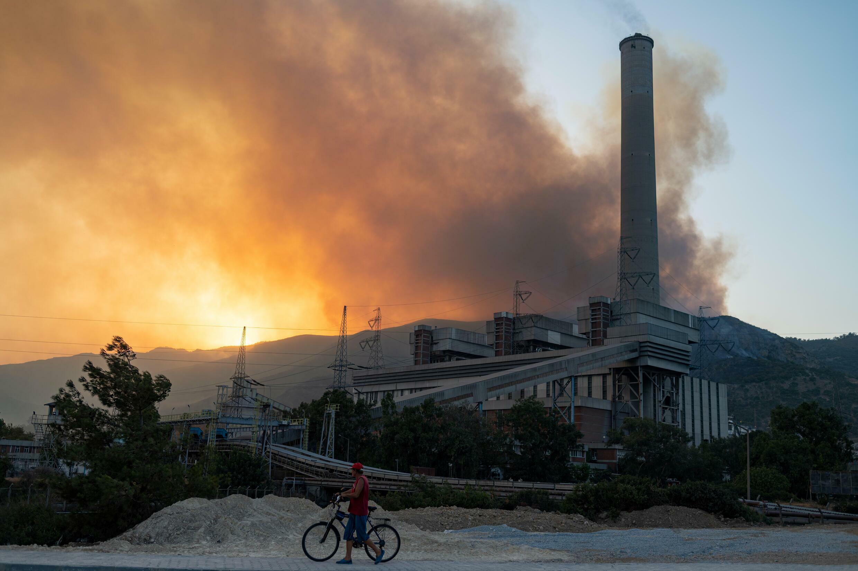 حريق مستعر قرب محطة كيميركوي الحرارية في تركيا في الرابع من آب/اغسطس 2021