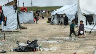 Niños en el campamento de al-Hol, hogar de familiares de integrantes del grupo Estado Islámico, en la gobernación de Al-Hasakeh (noreste de Siria), el 28 de marzo de 2019.